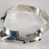 Afbeelding van het kunstwerk 'zilveren halssieraad met stijve band' van G. Zielstra