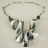 Afbeelding van het kunstwerk 'zilveren halssieraad met losse band' van G. Zielstra