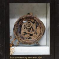Afbeelding van het kunstwerk 'Dat was me nog eens een tijd (roestige wekker in kistje)' van Sjef van der Molen