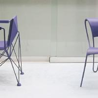 Afbeelding van het kunstwerk '(twee stoelontwerpen) in vitrine' van Geert Teunissen