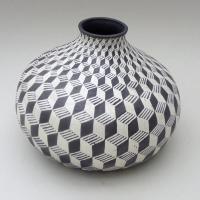 Afbeelding van het kunstwerk 'Bolvorm met kubusmotief' van Suzanne Haag